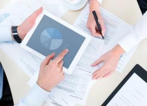 Ein Haushaltsplan veranschaulicht Einnahmen und Ausgaben