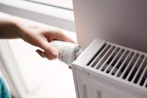 Ein Thermostat an der Heizung wird betätigt
